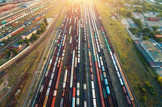 Widok z lotu ptaka na kolorowe pociągi towarowe