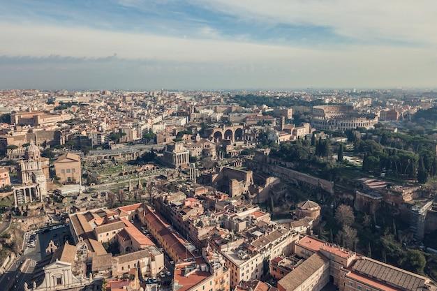 Widok z lotu ptaka na koloseum i rzymskie ruiny ancinet