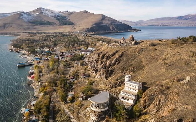 Widok z lotu ptaka na kompleks klasztorny sevanavank nad jeziorem sevan w armenii