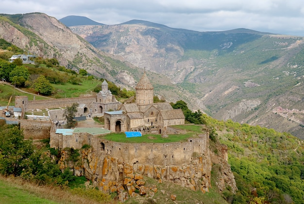 Widok z lotu ptaka na kompleks klasztorny tatev położony na dużym płaskowyżu bazaltowym w syunik armenia