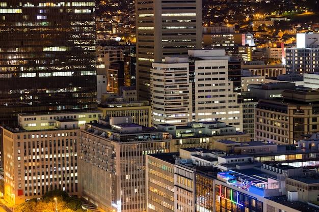 Widok z lotu ptaka na korporacyjne wieżowce w mieście