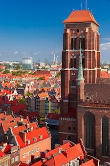 Widok z lotu ptaka na kościół mariacki i stare miasto w słoneczny letni poranek z ratusza w gdańsku