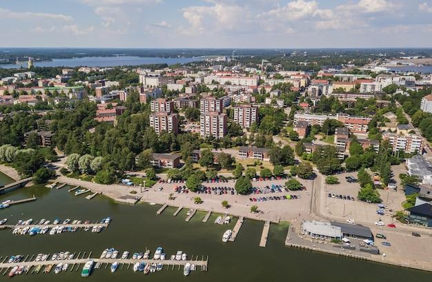 Widok z lotu ptaka na kotkę, małe miasteczko w południowej finlandii