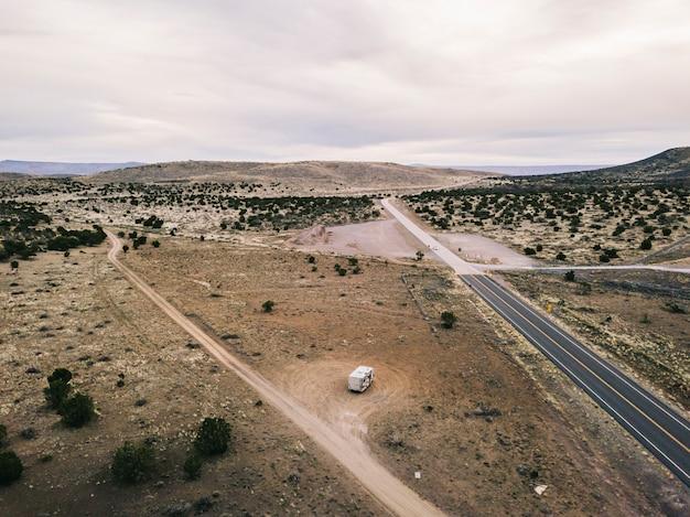 Widok z lotu ptaka na krajobraz pustyni usa w arizonie z drogą i zaparkowanym kamperem