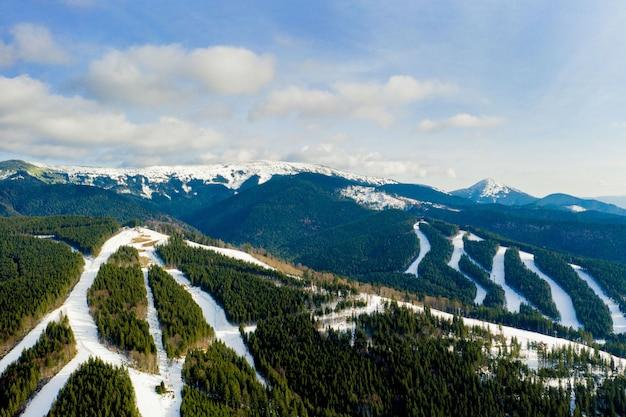 Widok z lotu ptaka na krajobraz stoków narciarskich i snowboardowych