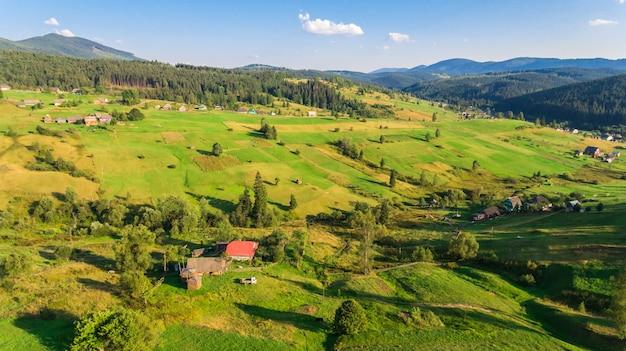 Widok z lotu ptaka na krajobraz w górach.