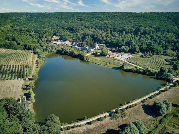 Widok z lotu ptaka na krajobraz z jeziorem o klasztorze thiganesty, mołdawia republika.