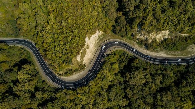 Widok z lotu ptaka na krętą drogę z wysokiej przełęczy górskiej świetna wycieczka przez gęsty las