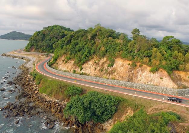Widok z lotu ptaka na krętą trasę wzdłuż wybrzeża wschodniego, prefektura chanthaburi, tajlandia