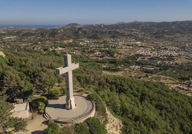 Widok z lotu ptaka na krzyż filerimos, wyspa rodos, grecja