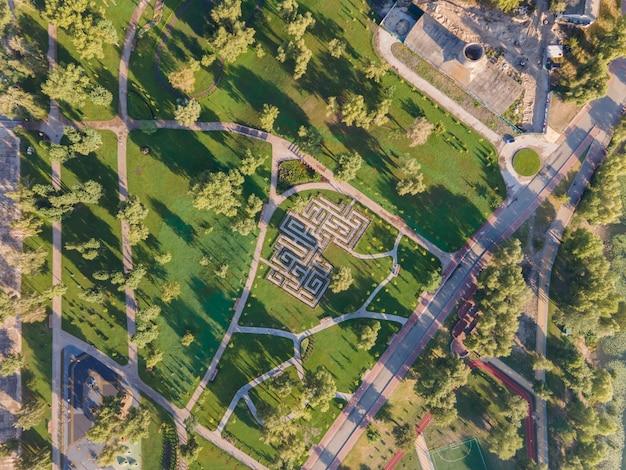 Widok z lotu ptaka na labirynt krzewów w parku