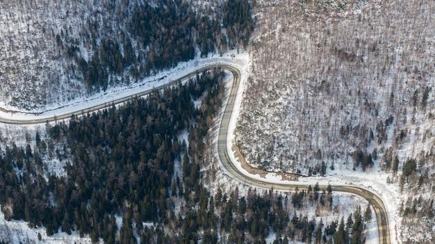 Widok z lotu ptaka na lasy rzeki i tajgi oraz drogi w zimie wiosenny abstrakcyjny krajobraz północnej przyrody z dronem
