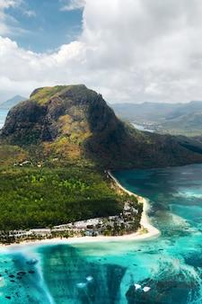 Widok z lotu ptaka na le morne brabant na wyspie mauritius.