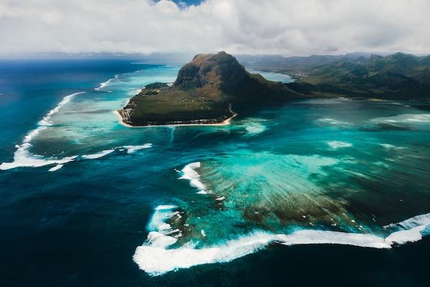 Widok z lotu ptaka na le morne brabant, wpisaną na listę światowego dziedzictwa unesco