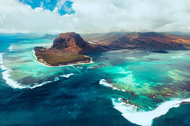 Widok z lotu ptaka na le morne brabant, wpisany na listę światowego dziedzictwa unesco. rafa koralowa wyspy mauritius