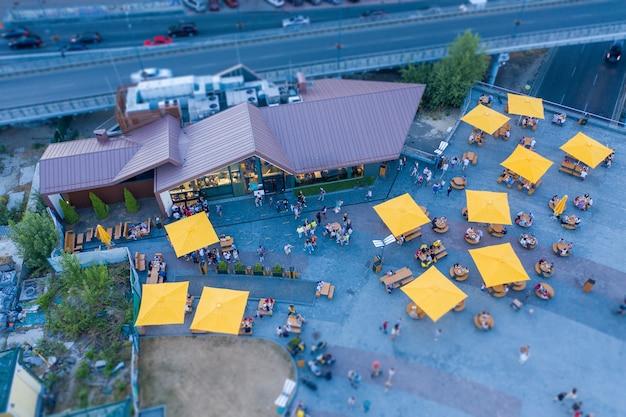 Widok z lotu ptaka na letni taras w pobliżu restauracji typu fast food