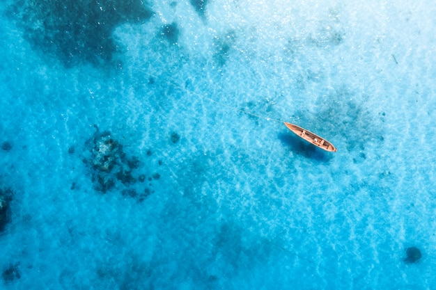 Widok z lotu ptaka na łodzi rybackiej w przejrzysty błękitne wody