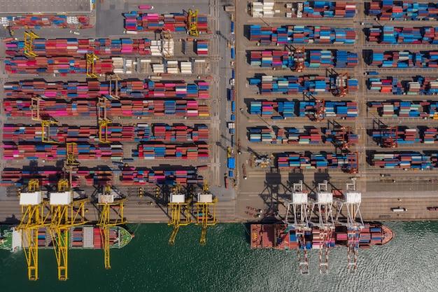 Widok z lotu ptaka na logistykę biznesową importu i eksportu towarów transportem kontenerowcem