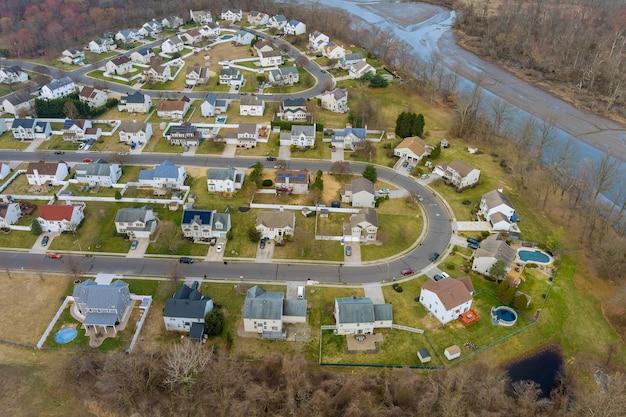 Widok z lotu ptaka na małe części sypialne na dachy domów w miejskim krajobrazie wczesną wiosną