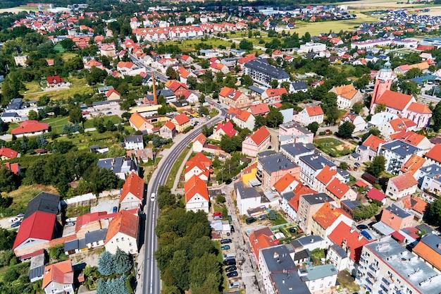 Widok z lotu ptaka na małe europejskie miasteczko z budynkami mieszkalnymi i ulicami