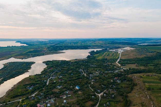 Widok z lotu ptaka na malowniczy krajobraz lądu