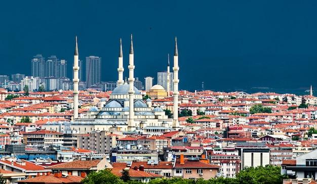 Widok z lotu ptaka na meczet kocatepe w ankarze, stolicy turcji