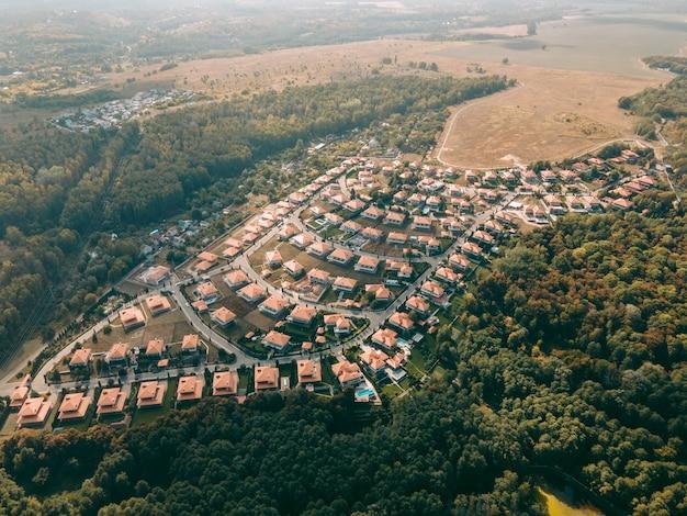 Widok z lotu ptaka na miasteczko wiejskie z identycznymi domami