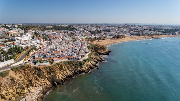 Widok z lotu ptaka na miasto albufeira, plaża pescadores, na południu portugalii, algarve