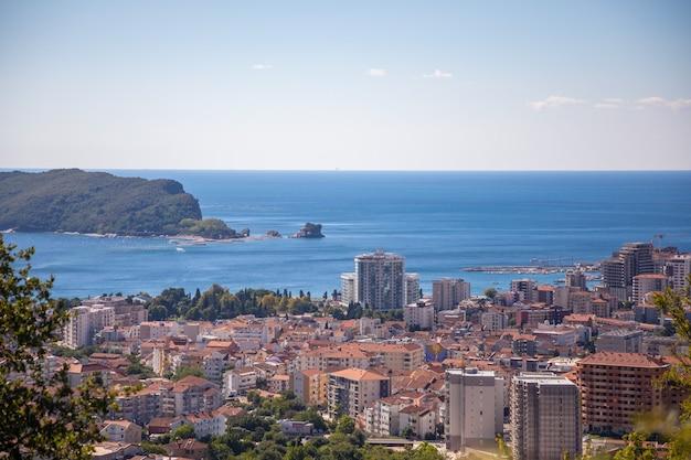 Widok z lotu ptaka na miasto budva z nowoczesnymi budynkami i morzem w europie czarnogórskiej