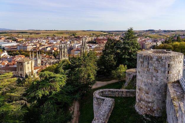 Widok z lotu ptaka na miasto burgos z zamku miejskiego z jego murami na pierwszym planie. hiszpania.
