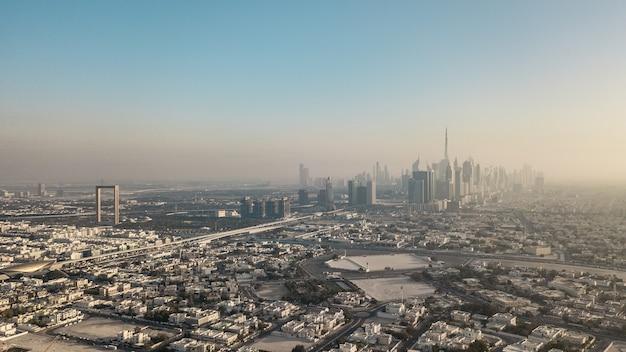 Widok z lotu ptaka na miasto dubaj przed zachodem słońca
