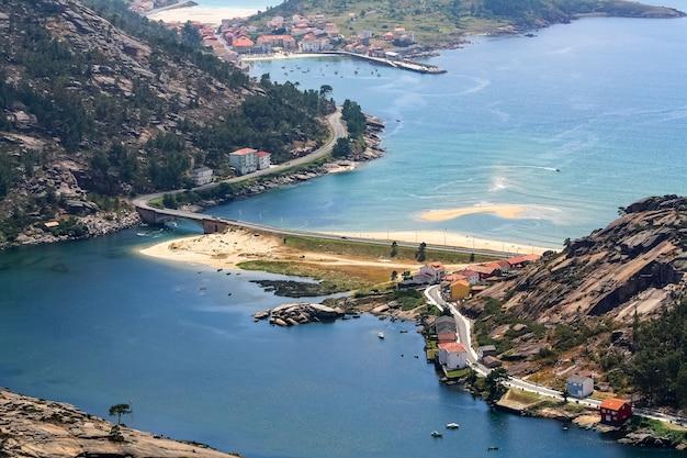 Widok z lotu ptaka na miasto ezaro w galicji z plażami i mostami.
