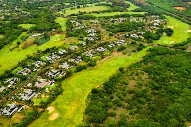 Widok z lotu ptaka na miasto i pola golfowe na wyspie mauritius, wille na wyspie mauritius, pole golfowe.