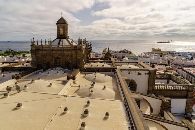 Widok z lotu ptaka na miasto las palmas na wyspie gran canaria, widok na dachy domów i morze w tle z przepływającymi łodziami. hiszpania. europa.