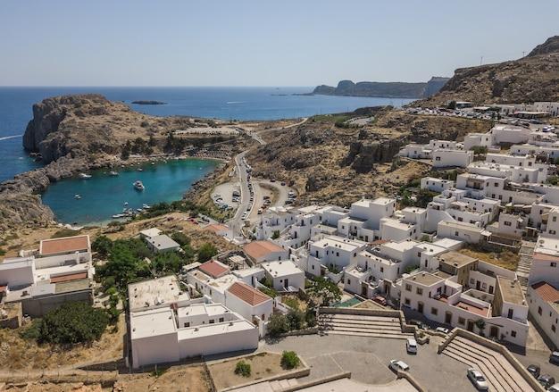 Widok z lotu ptaka na miasto lindos i zatokę saint paul, wyspa rodos, grecja