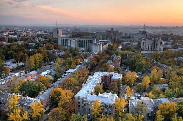 Widok z lotu ptaka na miasto o zachodzie słońca