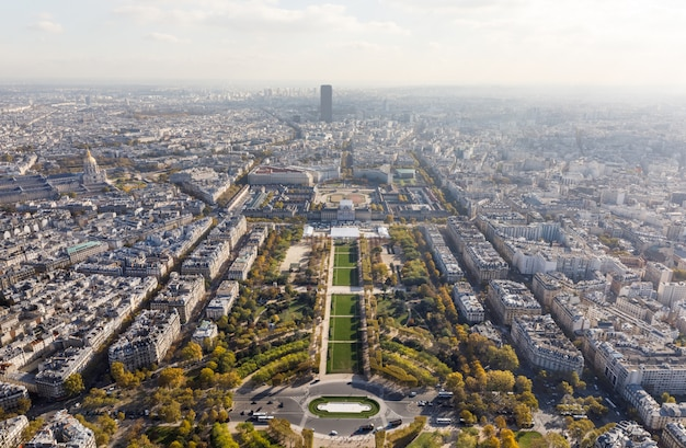 Widok z lotu ptaka na miasto paryż i pole marsa