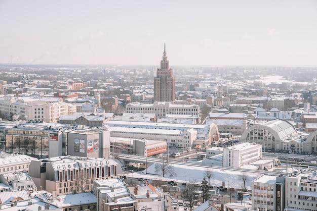 Widok z lotu ptaka na miasto rygę, bibliotekę narodową i katedrę dome w zimie