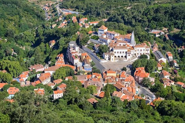 Widok z lotu ptaka na miasto sintra w portugalii położone pomiędzy lasami.