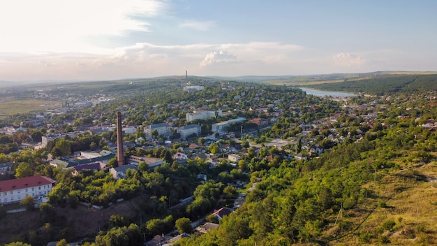 Widok z lotu ptaka na miasto w mołdawii stare budynki mieszkalne, niskie wzgórza wokół zieleni