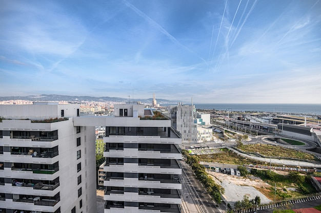 Widok z lotu ptaka na miasto w okolicy di di mar i el front martim del poblenou i port. 03.01.2020 barcelona, hiszpania