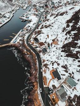 Widok z lotu ptaka na miasto w pobliżu akwenu w ciągu dnia
