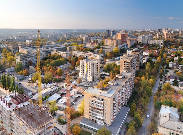 Widok z lotu ptaka na miasto w słoneczny dzień