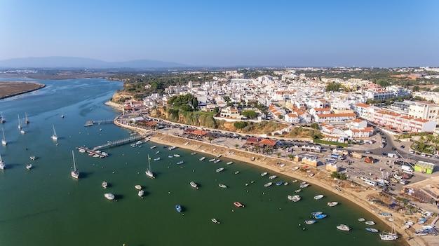 Widok z lotu ptaka na miejscowość alvor, latem, w południowej portugalii, algarve