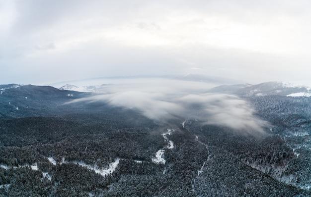 Widok z lotu ptaka na mistyczny krajobraz zimy