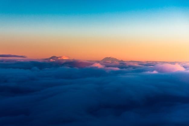 Widok z lotu ptaka na morze chmur