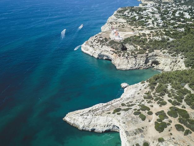 Widok z lotu ptaka na morze i klify