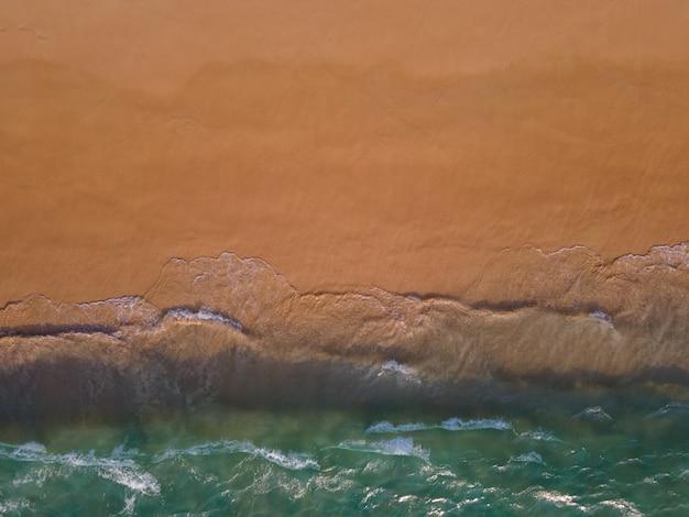 Widok z lotu ptaka na morze i piasek na plaży?