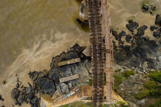 Widok z lotu ptaka na most drogowo-kolejowy