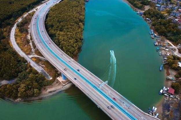 Widok z lotu ptaka na most i łodzie na brzegu rzeki